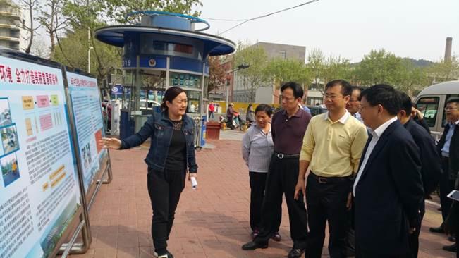 赵坤(右一)在徐州考察城市管理岗亭