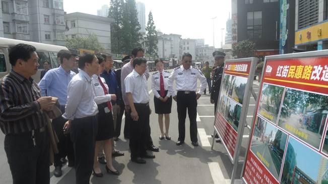 赵坤(右四)在六安市考察老旧街区改造管理